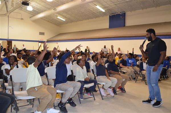 Willie Green polls the students on their favorite NFL teams; students raise hands